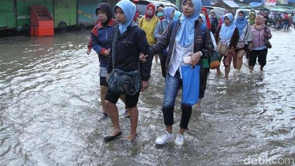 Ratusan Warga Jalan Kaki Terobos Genangan Banjir di Dayeuhkolot