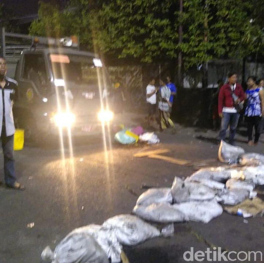 Penertiban PKL Gembong Ricuh, Jalan Diblokade Karung Pasir