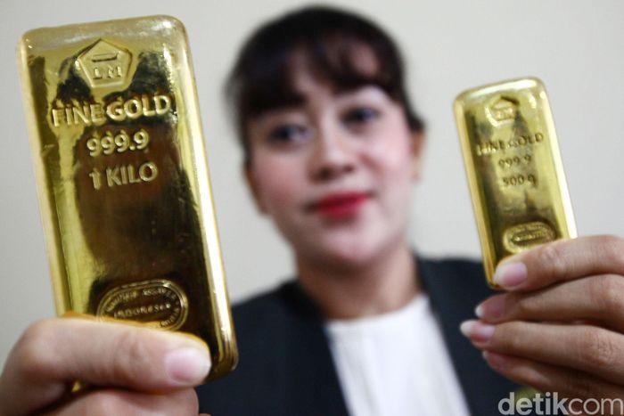 Petugas dari Butik Emas Antam Sarinah menunjukan produk emas Antam, Jakarta, Senin (12/11/2018).