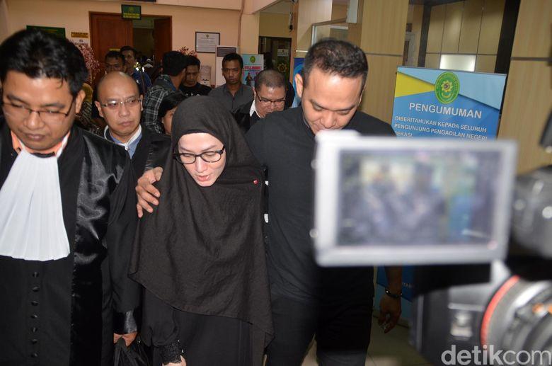 Lyra Virna bersama sang suami, Fadlan, saat ditemui di PN Bekasi, Jawa Barat pada Senin (12/11).Pool/Ismail/detikFoto.