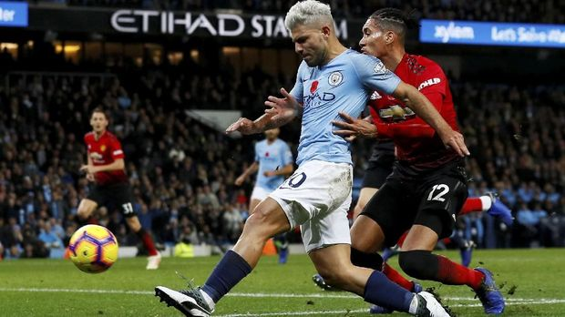 Smalling Top Skor Man United di Derby Manchester