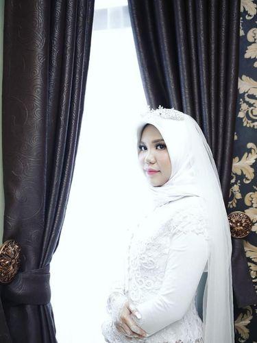 Intan Indah Syari melangsungkan pernikahan sendiri dan mengenakan gaun pengantin di hari akad
