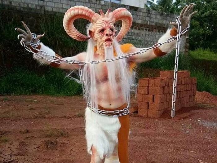 Ravi Katapadi rela jadi monster demi biaya pengobatan anak-anak. Foto: Istimewa