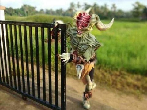 Ravi Katapadi rela jadi monster demi biaya pengobatan anak-anak.