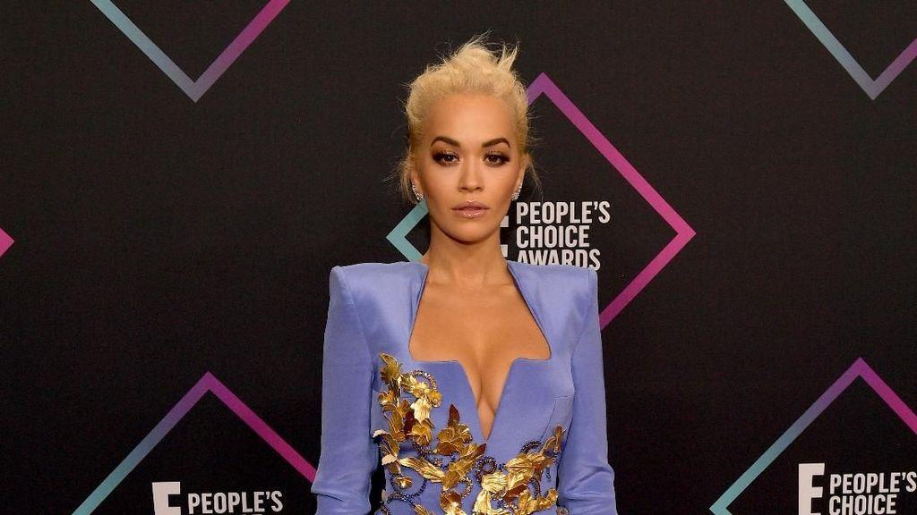 Setelah Bebe Rexha, Giliran Rita Ora Curhat Ditolak Desainer