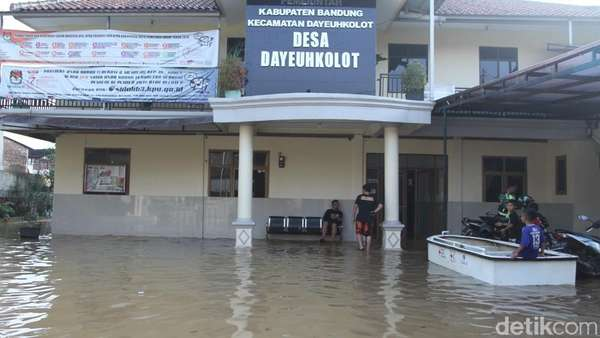 Banjir Rendam Kantor Desa Dayeuhkolot Bandung