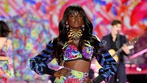 Foto: Gaya Seksi Model Hitam Legam di Catwalk Victorias Secret