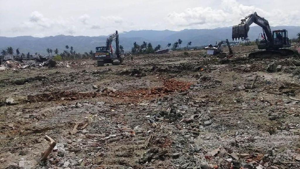 TNI Ratakan Area Terdampak Likuifaksi di Palu