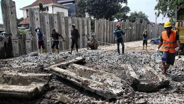 Turap di Kali Sentiong Ditargetkan Selesai Pertengahan Desember