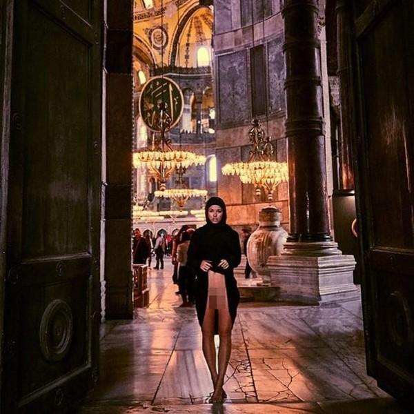 Tak kalah heboh, tahun lalu Papen nekat foto tanpa pakaian dalam di dalam Masjid Hagia Sophia. (Instagram)