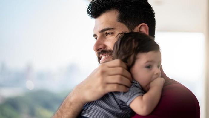 Tekanan dan tanggung jawab besar menjadikan sosok ayah juga alami masalah kesehatan mental. (Foto: Istock)