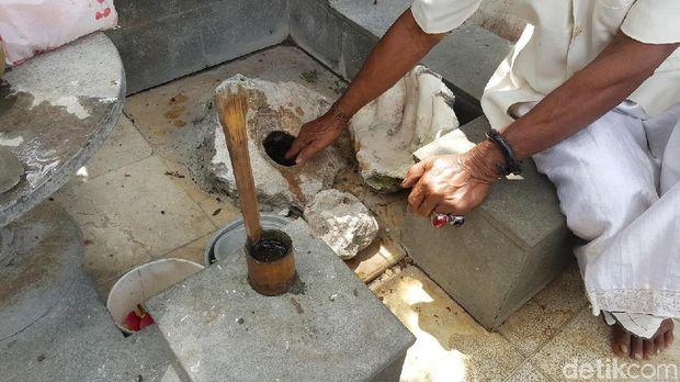 Mengambil air suci ke dalam lubang kecil (Syanti/detikTravel)