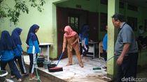 Banjir Surut, Guru dan Murid SMPN 9 Bekasi Bersih-bersih Sekolah