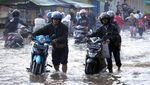 Aksi Nekat Warga Terobos Banjir di Bandung