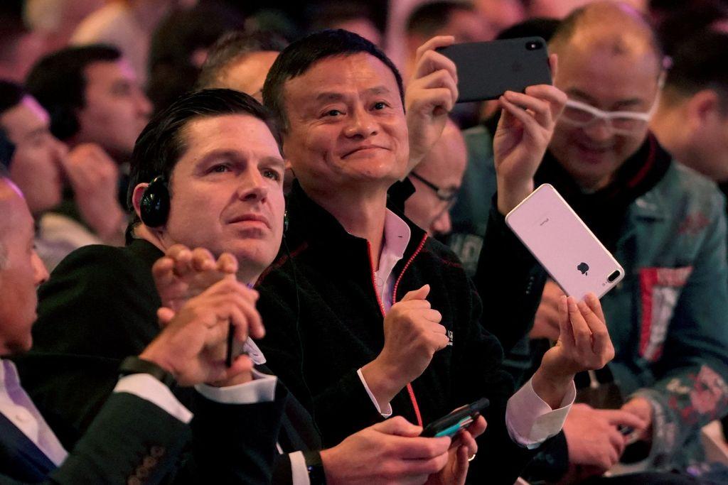 Jack Ma tampak tersenyum menghadiri perayaan festival diskon Singles Day, di mana banyak sekali barang yang dijual di Alibaba mendapatkan diskon. Transaksi luar biasa besar pun dibukukan para e-commerce di sana. Foto: Reuters