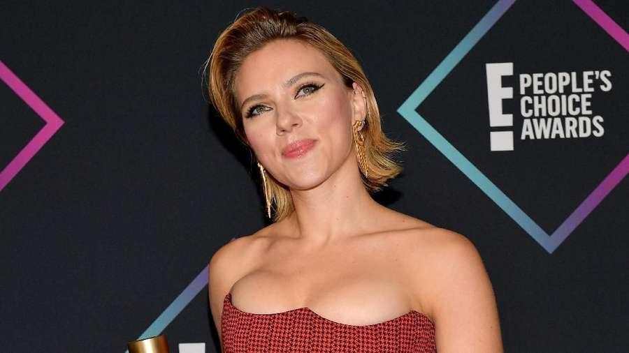 Gaya Seksi Scarlett Johansson di Peoples Choice Awards 2018