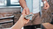 Beri Uang Bulanan ke Ortu, Seberapa Perlu Pasangan Tahu?