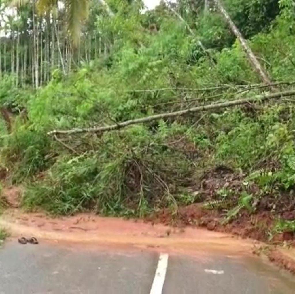 Material Longsor Tutup Jalan Nasional Sungai Penuh, Jambi