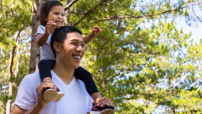 Selamat hari Ayah! Jadi anak Ayah banyak keuntungannya lho. Foto: Dok. iStock