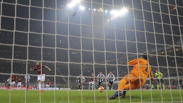 Kiper Juventus Ungkap Bisikan Ronaldo Jelang Penalti Higuain