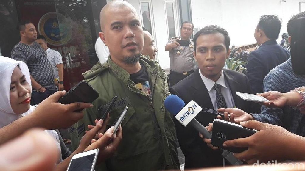 Pose Semringah Ahmad Dhani Pegang Papan Nama Polda Jatim