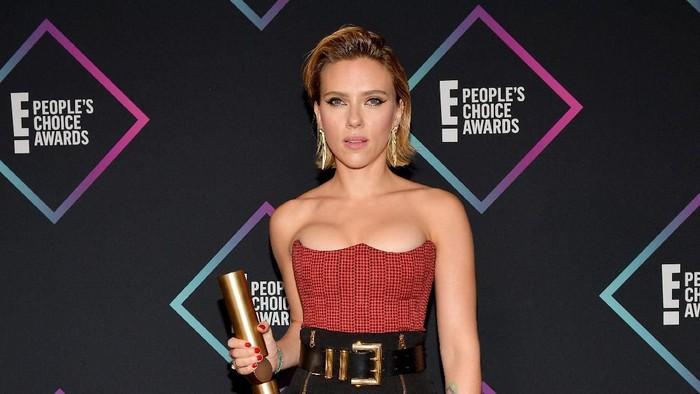 SANTA MONICA, CA - NOVEMBER 11:  Scarlett Johansson, Female Movie Star of 2018, poses in the press room during the Peoples Choice Awards 2018 at Barker Hangar on November 11, 2018 in Santa Monica, California.  (Photo by Matt Winkelmeyer/Getty Images)
