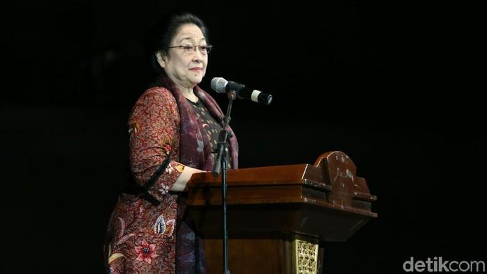 Ketum PDI Perjuangan Megawati Soekarnoputri menghadiri penganugerahan lifetime achievement Bhakti Teratai Putra Indonesia di Balai Sarbini.