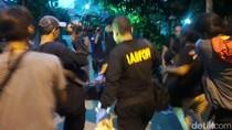 Puslabfor Bawa 8 Kantong dan 2 Tas dari TKP Pembunuhan Sekeluarga