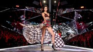 Gaya Seksi Model Pakai Lingerie Sarung di Fashion Show Victorias Secret