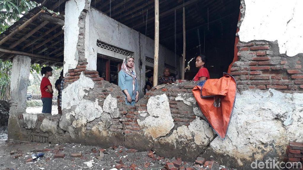 Satu Keluarga Miskin di Brebes Tinggal di Rumah Nyaris Roboh