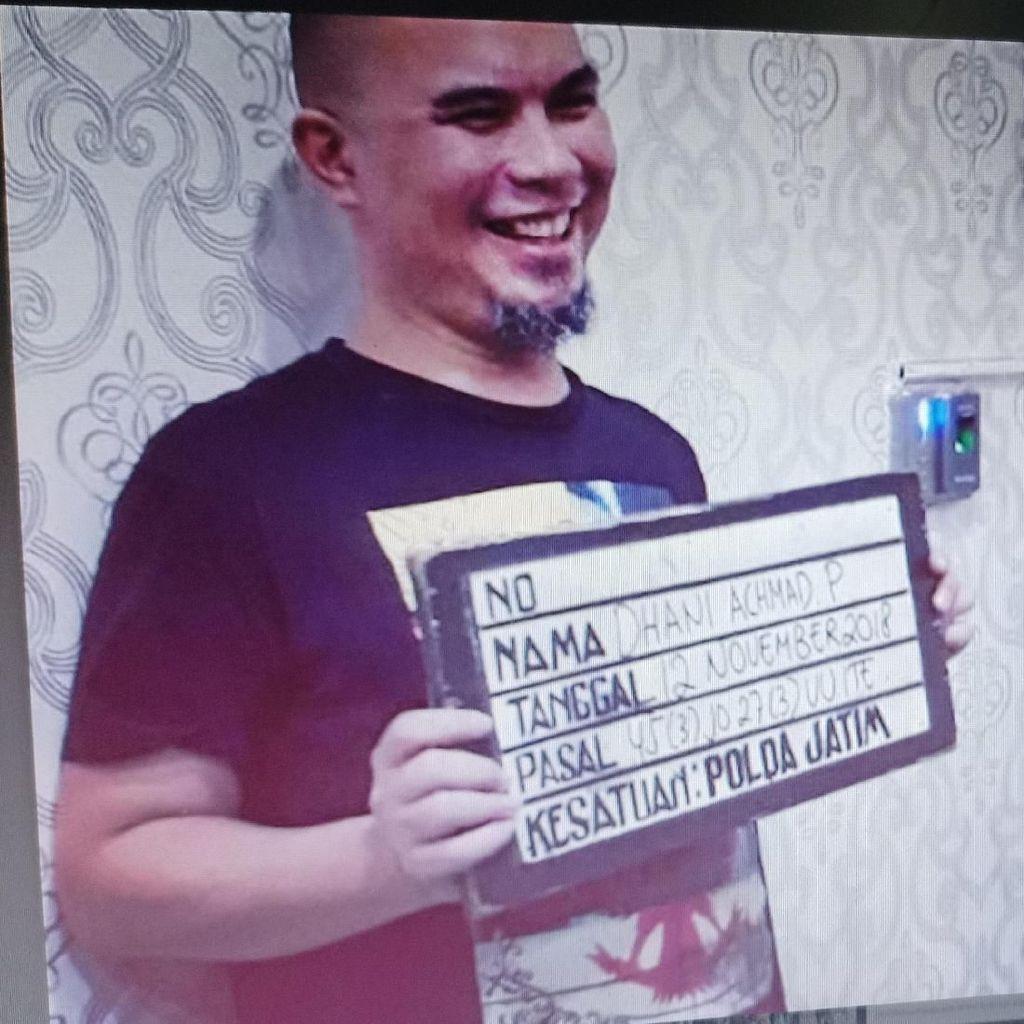 Senyum-senyum di Kantor Polisi, Ahmad Dhani Sebut Foto ala Maling Motor