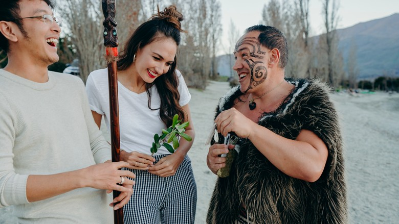Dimas dan Nadine bersama suku Maori di Selandia Baru (dok Tourism New Zealand)