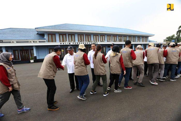 Sebanyak 96 orang insinyur muda para CPNS (Calon Pegawai Negeri Sipil) Kementerian Pekerjaan Umum dan Perumahan Rakyat (PUPR) diberangkatkan dari Lanud Halim Perdana Kusuma, Jakarta, Selasa (13/11/2018), untuk menjadi tenaga pendamping masyarakat dalam membangun kembali rumah warga yang memenuhi kaidah rumah tahan gempa di Nusa Tenggara Barat (NTB). Istimewa/Kementerian PUPR.