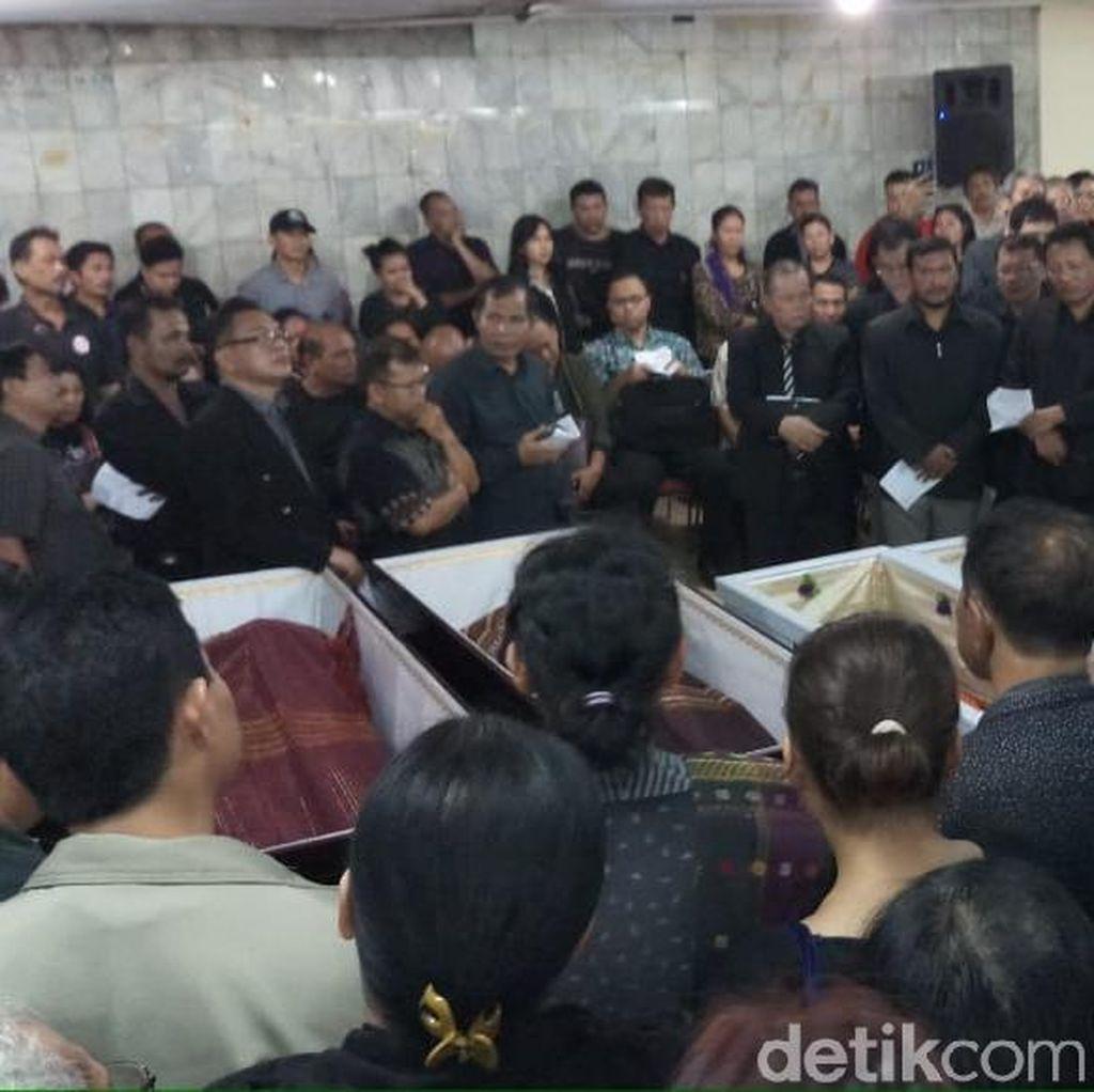 Isak Tangis Sambut Jenazah Korban Pembunuhan Bekasi di Gereja