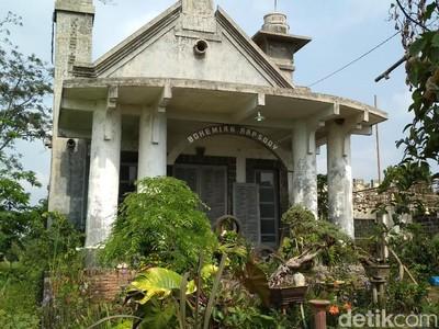 Gedung Bohemian Rapsody yang Berhantu & Jadi Viral di Blitar