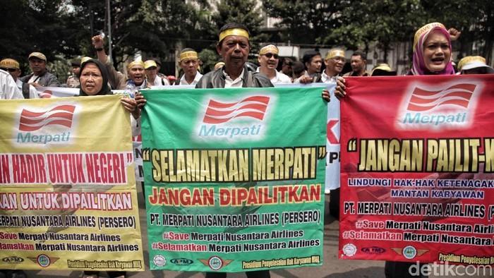 Sejumlah eks karyawan Merpati Airlines melakukan aksi demo di depan kantor Kemenkeu. Mereka meminta maskapai tersebut kembali dihidupkan.