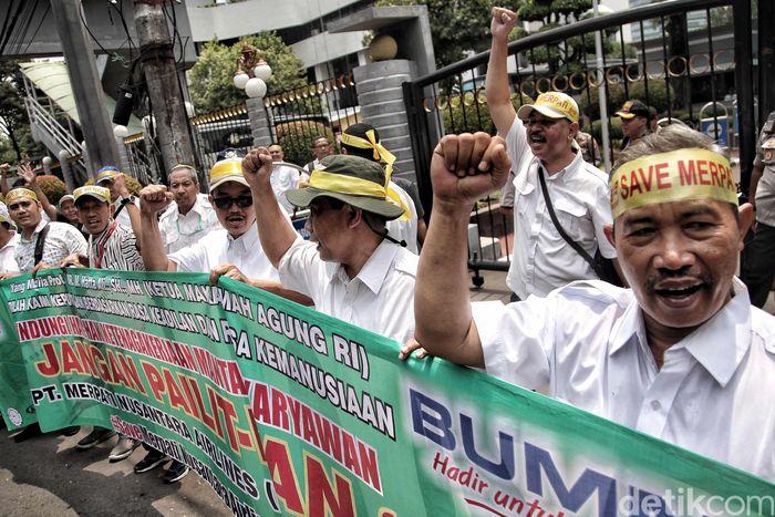Begini penampakan aksi demo sejumlah mantan karyawan Merpati Airlines di depan kantor Kemenkeu, Jakarta, Selasa (13/11/2018).