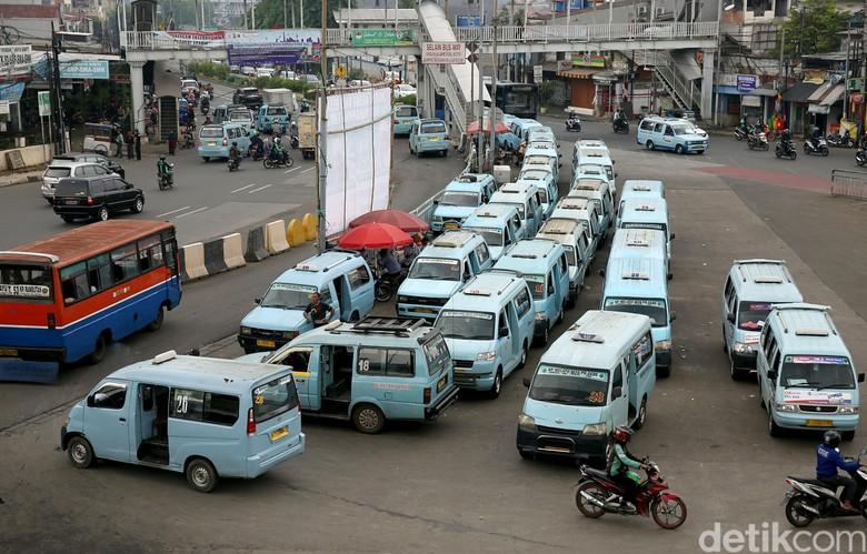 Salah satu moda transportasi umum di Jakarta. Foto: Agung Pambudhy