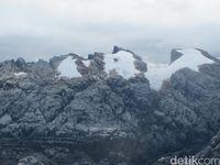 Es abadi di rangkaian Pegunungan Jayawijaya, Papua (Afif Farhan/detikTravel)