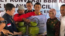 Jonan & Dirut Pertamina Bagi-bagi 200 Konverter Kit ke Nelayan