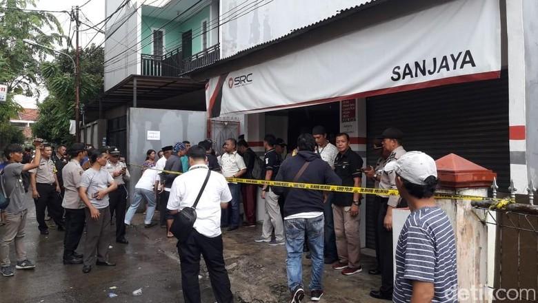 Jasad Keluarga Korban Pembunuhan Sadis di Bekasi Dibawa ke RS Polri