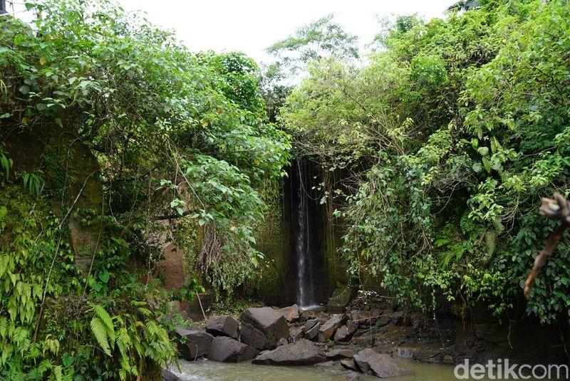 Inilah Air Terjun Kemenuh di Kabupaten Gianyar, Bali. Biasanya aliran air terjun dari sungai di pegunungan. Namun, air terjun ini aliran airnya dari sawah. (Syanti/detikTravel)
