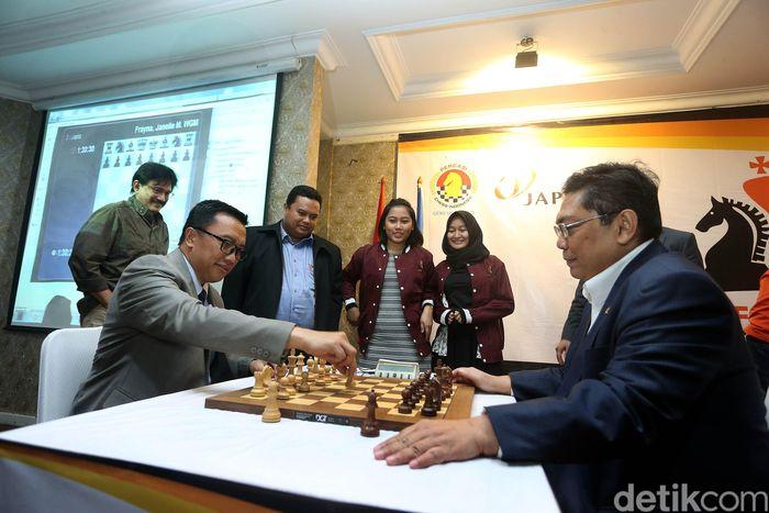 Imam Nahrawi dan Utut Adianto bermain catur di acara pembukaan JAPFA Chess Festival 2018 yang dihelat di Kemenpora, Jakarta.