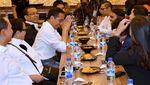 Jokowi dan Kaesang Makan Nasi Bebek Bareng WNI di Singapura