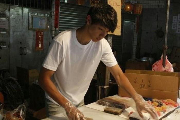 Ini adalah penjual kue di Taiwan. Ia bernama Fengjia yang wajahnya sekilas mirip dengan pemeran utama Full House yaitu Rain. Kuenya pasti banyak diborong para wanita ya. Foto: Istimewa