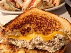 Bosan Sarapan Nasi? Pilih Saja Tuna Sandwich yang Gurih Enak Ini
