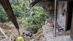 Hujan Deras Sebabkan Tanah Longsor di Kabupaten Sukabumi