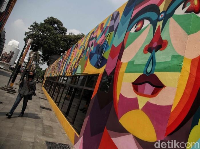 Memeriahkan Hari Pahlawan, sejumlah seniman menghiasi kawasan Taman Ismail Marzuki dengan mural tokoh pahlawan. Penasaran?