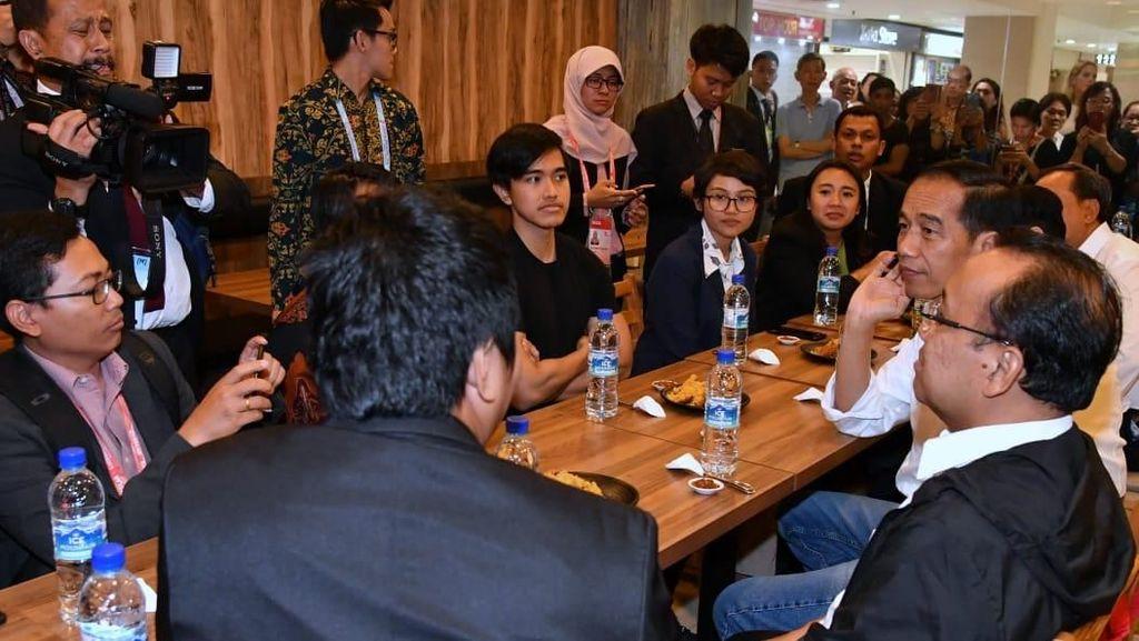 Saat Jokowi Makan Nasi Bebek Bareng Kaesang dan WNI di Singapura