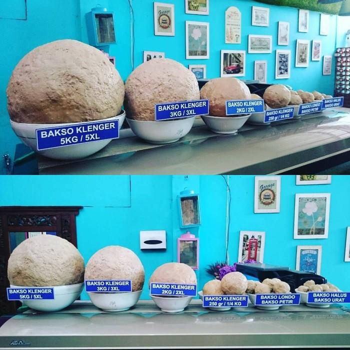 Deretan bakso jumbo adalah menu primadona Bakso Klenger Ratu Sari. Lokasinya ada di Jl. Wahid Hasyim No. 296 Nologaten, Yogyakarta. Kalau dijejeri, seperti inilah menu bakso jumbo buatan Bakso Klenger. Foto: Instagram baksoklenger